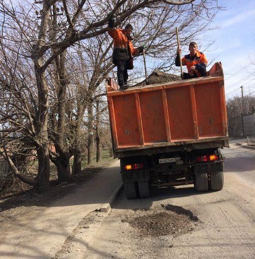 И в выходные дни в Симферополе ремонтируют дороги