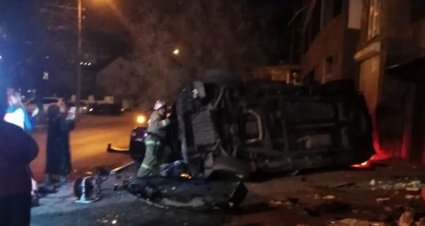 Нелепое ДТП в Феодосии. «Cadillac» врезался в стену дома и в припаркованное рядом авто