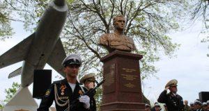 В Каче открыли памятник прославленному летчику, дважды Героя Советского Союза Амет-Хану Султану