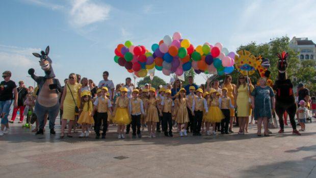 """По улицам Ялты малышей водили! В """"Параде дошколят"""" поучаствовали почти 300 маленьких ялтинцев"""