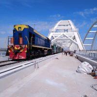 Ура! На Крымском мосту произошла «стыковка» рельсов. Первый поезд прошел в Крым с Тамани