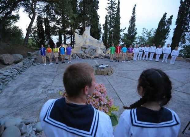 В День памяти и скорби артековцы из 28 стран почтили память павших минутой молчания