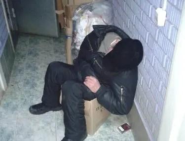 Вроде пьяный... оказался - наркоман. Пойдёт под суд. Инцидент в Севастополе