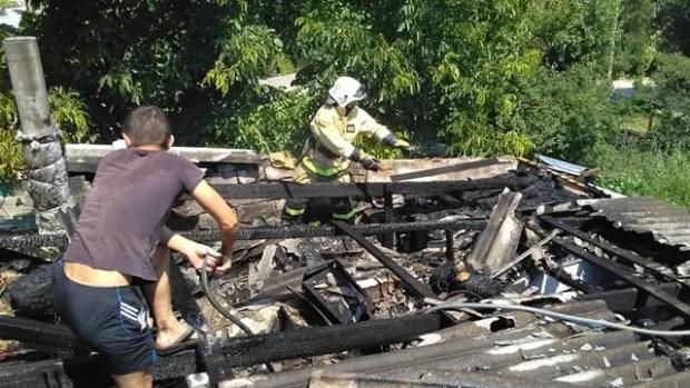 Пожар в крымском селе Красный мак: дом огнеборцы отстояли, а вот сарай сгорел