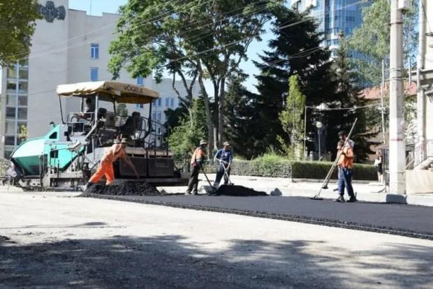 На улице Александра Невского в Симферополе идет укладка асфальта