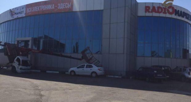ЧП в Симферополе: автовышка упала на легковой автомобиль