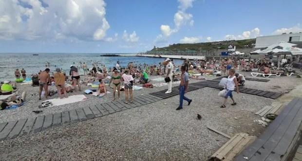 В Севастополе сотрудники ГИМС общаются с отдыхающими на пляжах