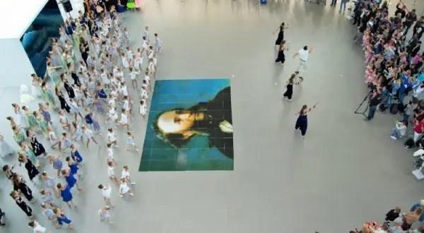 """В аэропорту """"Симферополь"""" в честь акции """"Белый цветок"""" дети устроили флешмоб"""