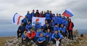 Артековцы подняли флаги на высочайшей вершине Крыма – горе Роман-Кош