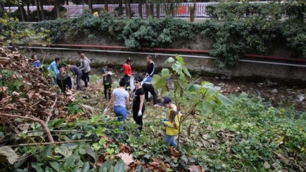 В Ялте участники акции «Чистые берега» очищали русло реки Водопадной