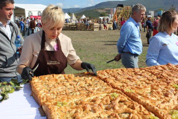 Вес - 200 кг, длина - 8 метров! В Крыму испекли гигантский виноградный пирог