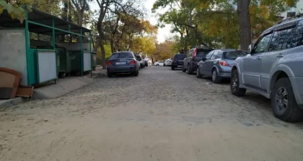 В центре Севастополя, на улице Советской снова уложили старую, «историческую» брусчатку