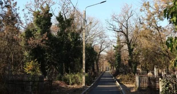 В Симферополе завершают работы по благоустройству Старорусского кладбища