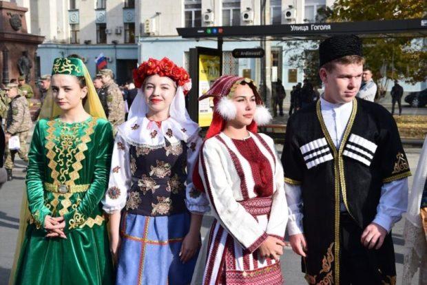 Симферополь в День народного единства украсил арт-объект «Время Крыма»