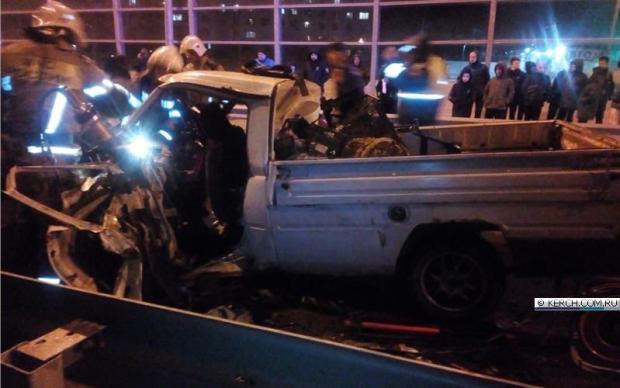 Вечернее ДТП в Керчи: пятеро пострадавших, искореженный ИЖ и… хамса на дороге