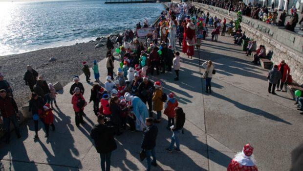 В Ялте сотни людей приняли участие в юбилейном Мороз-параде