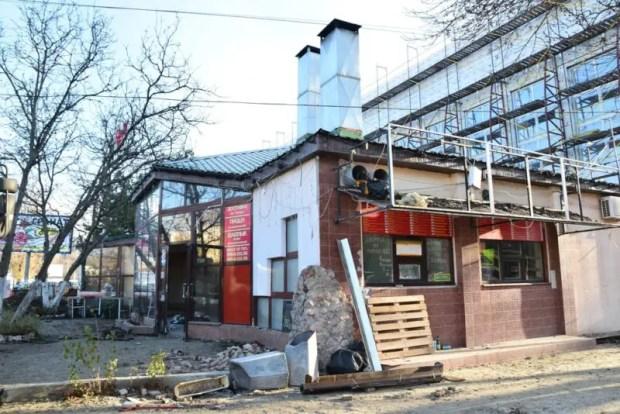 В Симферополе на ул. Декабристов демонтируют самовольную постройку