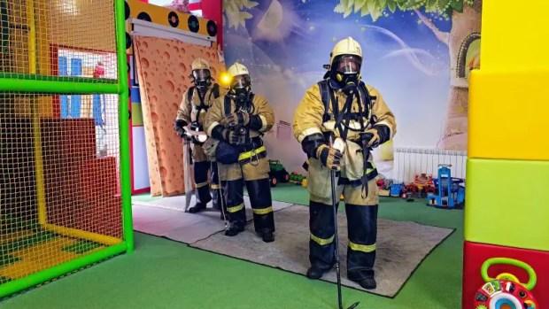 В Феодосии тушили пожар в детской комнате торгового центра. Учебный пожар