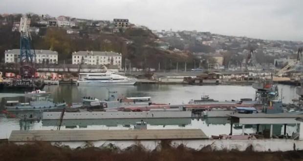 В операции принимают участие до 10 вспомогательных судов и катеров ЧФ.