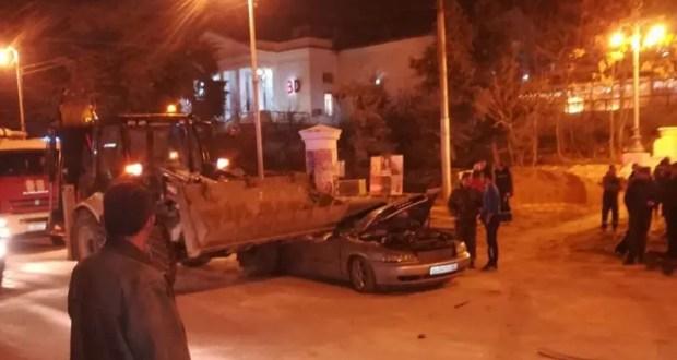 ДТП в Севастополе: в центре города экскаватор раздавил легковой автомобиль