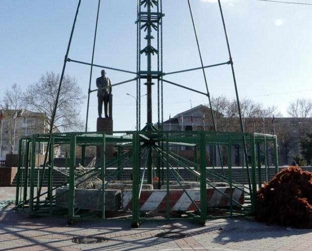 В Симферополе монтируют 25-метровую Главную Ёлку Крыма