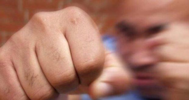 """В отдел полиции Симферополя по линии «102» поступило сообщение от 32-летнего местного жителя о том, что у него по месту жительства происходит конфликт с соседом. Как сообщил заявитель, у него с мужчиной, проживающим по-соседству, неоднократно происходят конфликты на почве личной неприязни. Во время очередной ссоры мужчины подрались и потерпевшему была нанесена рана в области лба. Согласно заключению судмедэкспертизы, зафиксированные телесные повреждения расцениваются как причинившие легкий вред здоровью. От второго участника конфликта также поступило заявление в органы правопорядка. Согласно заключению экспертизы, ему причинены телесные повреждения в виде закрытого перелома костей левой ноги, который расценивается как причинение вреда здоровью средней тяжести. Обоим подравшимся мужчинам избрана мера пресечения в виде подписки о невыезде. Дознавателями отдела полиции «Киевский» УМВД России по г. Симферополю возбуждены уголовные дела по признакам преступления, предусмотренного по п.""""а"""" ч.2 ст.115 УК РФ (умышленное причинение легкого вреда здоровью, вызвавшего кратковременное расстройство здоровья или незначительную стойкую утрату общей трудоспособности, из хулиганских побуждений) и п.""""з"""" ч.2 ст.112 УК РФ (умышленное причинение средней тяжести вреда здоровью, совершенное с применением оружия или предметов, используемых в качестве оружия). Санкции данных статей предусматривает максимальное наказание в виде лишения свободы сроком до двух и пяти лет соответственно. Сотрудники УМВД России по г.Симферополю советуют: - Благодаря разумным компромиссам и взаимному уважению можно найти общий язык с живущими рядом. Нужно быть дружелюбным и приветливым, скорее всего, вы сможете договориться. И, возможно, соседи перестанут устраивать вам мелкие и крупные пакости, шуметь и мешать жить. Если мирные средства ни к чему не приводят, необходимо написать заявление в полицию. Но ни в коем случае не следует выяснять отношения при помощи силы. В этом случае вы можете перейти из категории по"""
