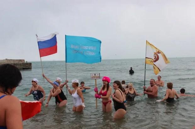 Крымские «моржи» устроили заплыв в Феодосийском заливе