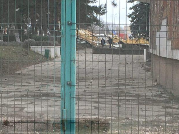 ЧП в Симферополе: сильный ветер сорвал со здания крышу, та «накрыла» десяток автомобилей