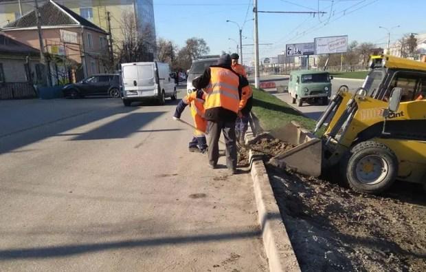 Коммунальщики Симферополя приводят в порядок проспект Победы