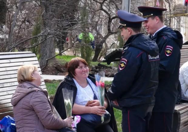 """""""8 марта - в каждый дом!"""" Участковые Севастополя поздравили горожанок"""