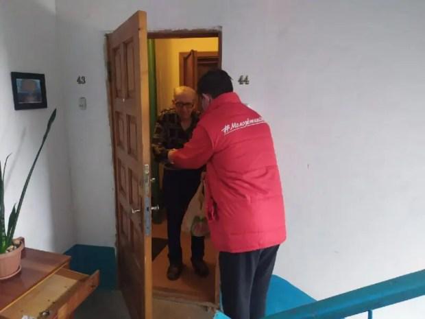 """Активисты ОНФ и """"Молодёжки ОНФ"""" помогают пожилым людям и маломобильным гражданам"""