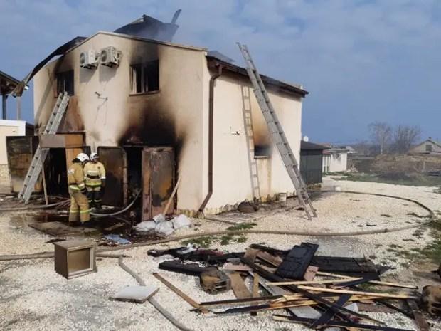 Пожар в курортном поселке Оленевка: сгорел двухэтажный дом