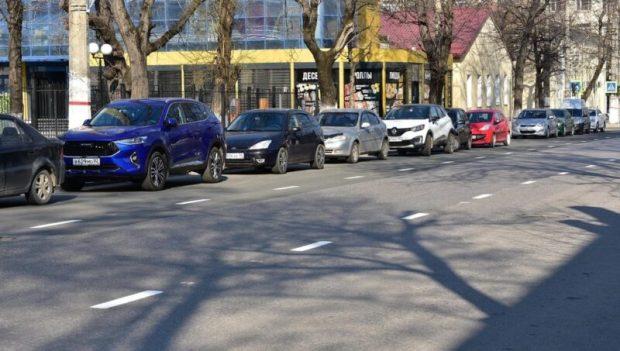 В Симферополе продолжают обновлять дорожную разметку