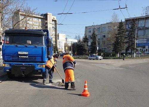 В Симферополе продолжается ямочный ремонт дорог