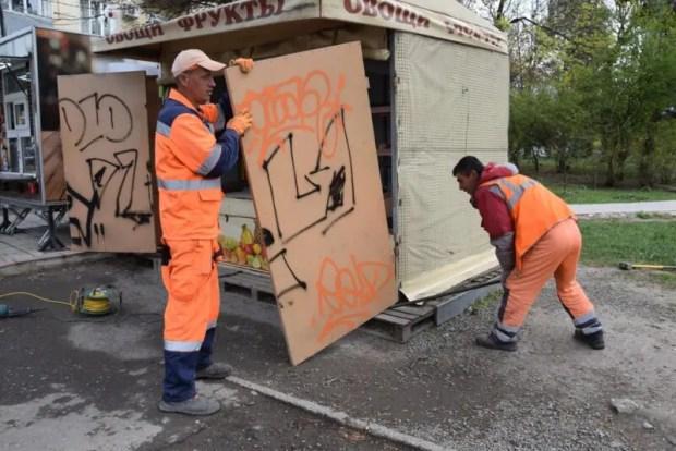 В Симферополе под снос пошли два нестационарных торговых объекта