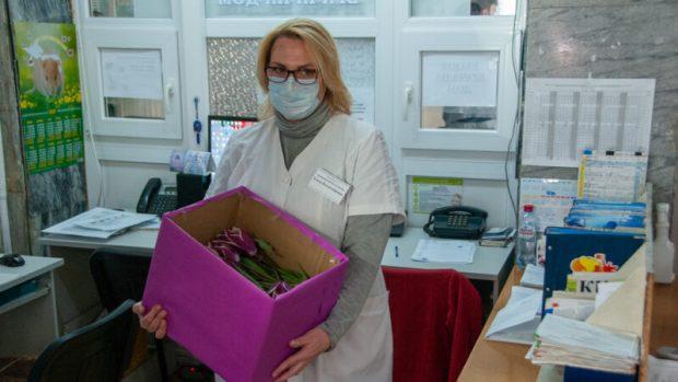 """Тюльпаны Никитского ботанического сада """"пришли"""" к сотрудникам ялтинских медучреждений"""