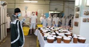 В цехах «Крымхлеба» провели чин освящения пасхальных куличей