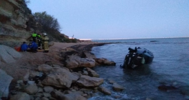 ЧП в Керчи - с обрыва в море упал автомобиль