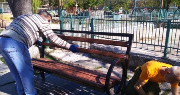 В скверах Симферополя установят новую уличную мебель