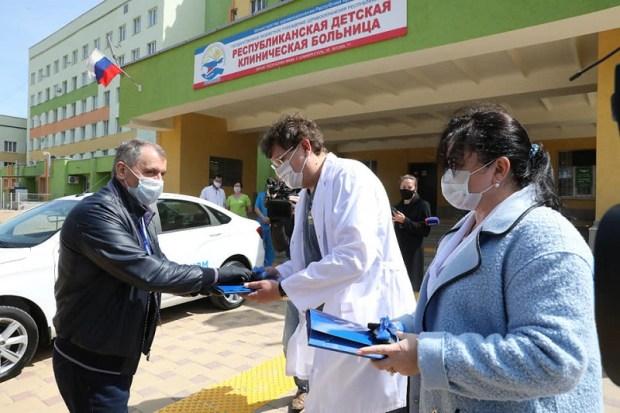 Крымским медикам подарили два новых автомобиля