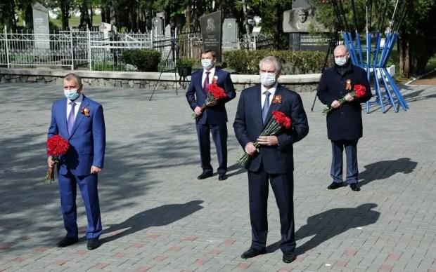 Крымское руководство возложило венки и цветы к Вечному огню в Симферополе