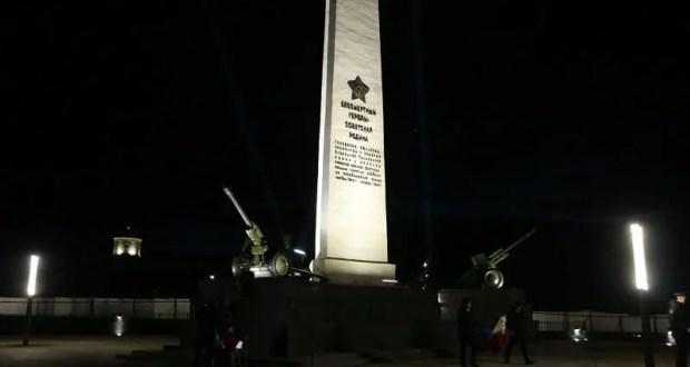 Отдавая дань традиции, в канун Дня Победы руководители Керчи зажгли факелы на вершине горы Митридат