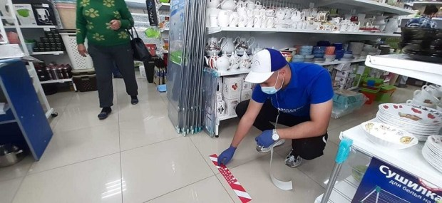 Специальные наклейки предупредят покупателей магазинов Севастополя о соблюдении дистанции
