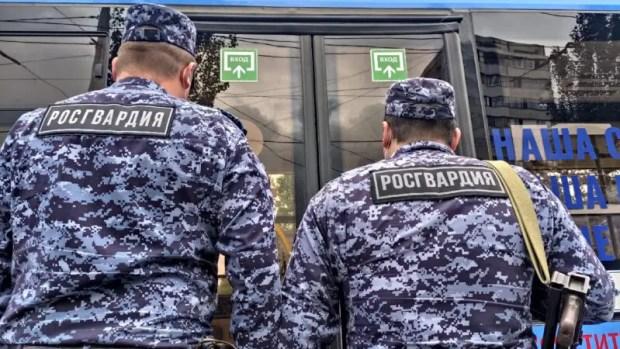 В Севастополе дебошир устроил скандал в троллейбусе. И на пассажиров бросался, и водителю угрожал
