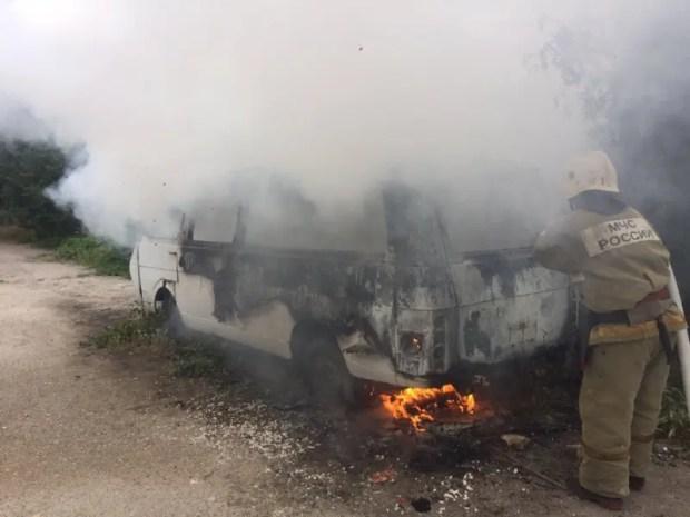 В Севастополе тушили автомобиль