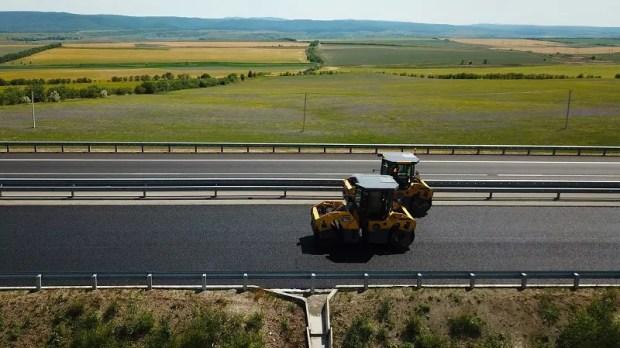 На трассе «Таврида», на участке от Белогорска до Симферополя кладут верхний слой асфальтобетона