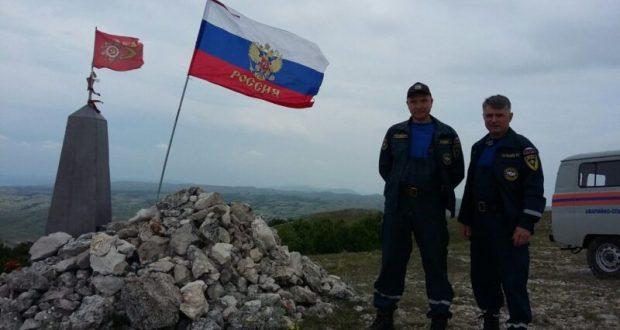 В День России сотрудники «КРЫМ-СПАС» водрузили триколор на вершине горы Каратау