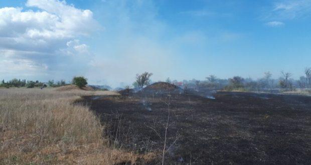 Крымские огнеборцы ликвидировали крупное возгорание сухой растительности в Кировском районе
