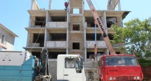 Чудеса убеждения? В Севастополе собственник сам сносит плод своих трудов – четырехэтажное здание