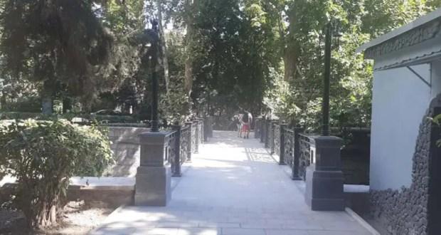 В Ялте завершили ремонт пешеходного моста, ведущего в Пионерский парк